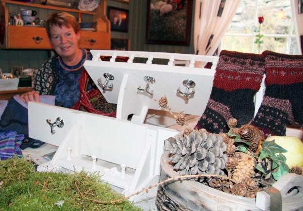 Tombolasjef Anne Nes har fått inn små og store gevinstar, blant anna mange flotte hyller.