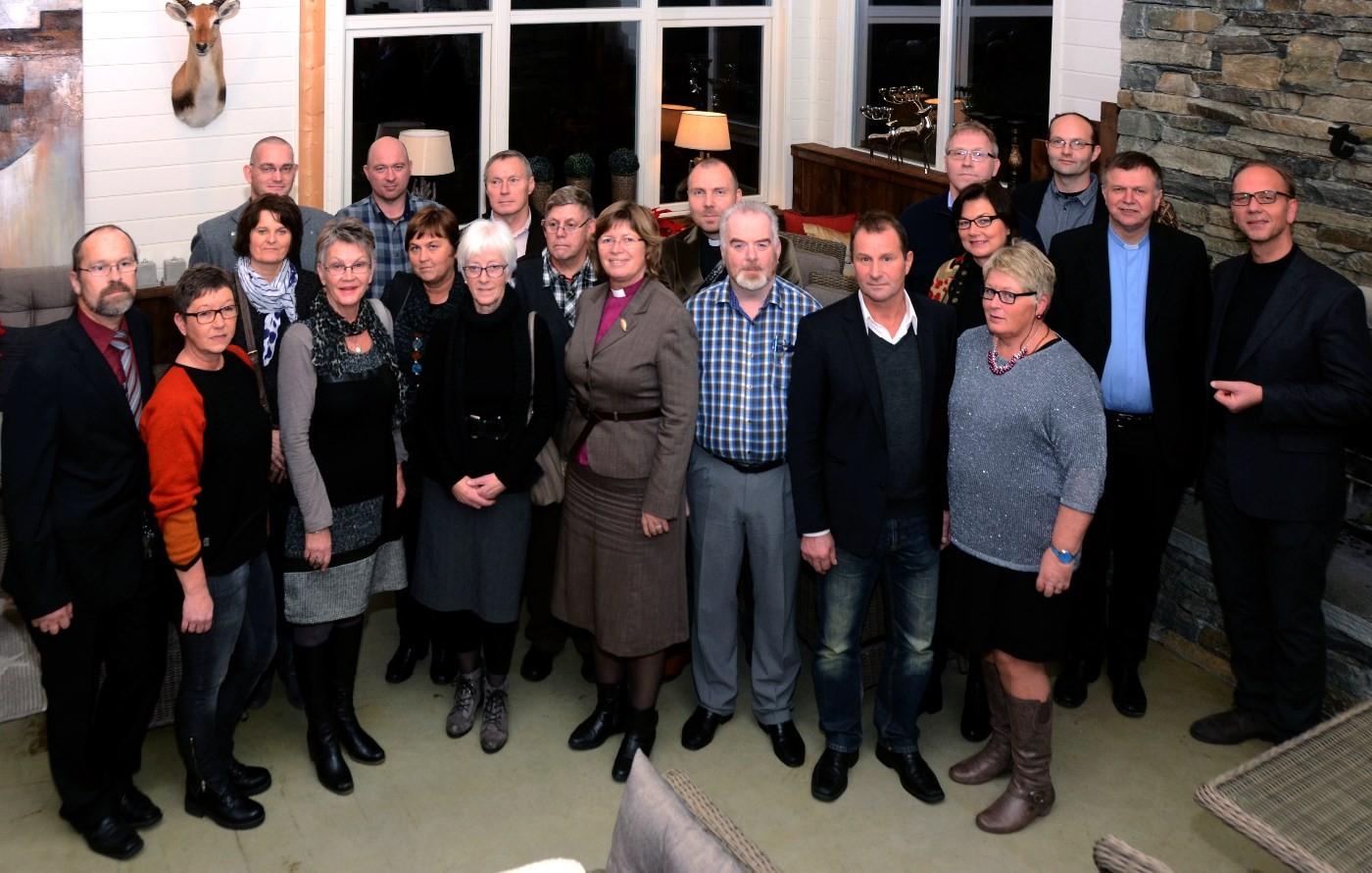 Alle sokneråda i Surnadal kommune samla saman med Biskop Ingeborg Nordtømme.  Foto: Jon Olav Ørsal
