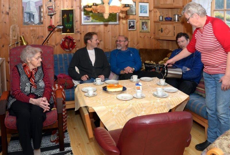 Etterpå var det kaffelag. Frå venstre Lisbet Halle, Eirik Haukenes, Trygve halle, Olav Halle og Åshild Halle.  Foto: Jon Olav Ørsal