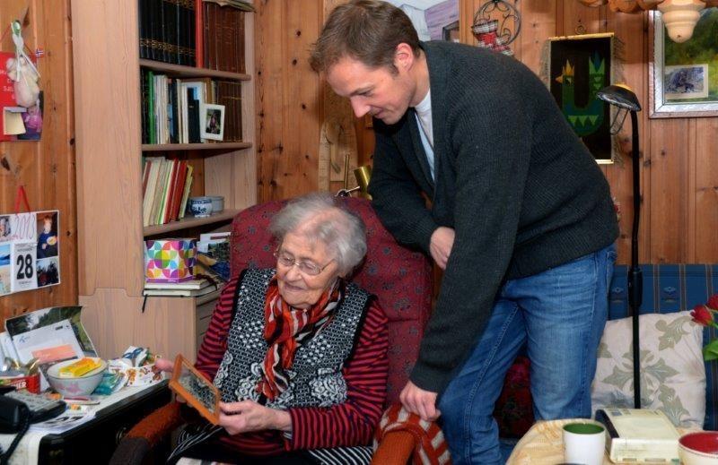 Lisbet Halle viser fram biletet frå befaringa for Rambjørsvegen på 50-talet til Eirik Haukenes. Foto: Jon Olav Ørsal