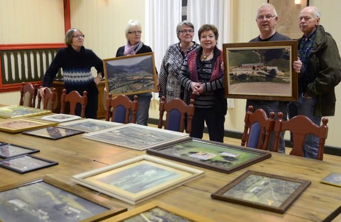 Styret i historielaget med nokre av bileta som var komne inn til utstillinga.  Foto: Jon Olav Ørsal