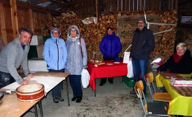 Nystekt flatbrød, nylaga julesylte og kokebøker til salgs i garasjen....