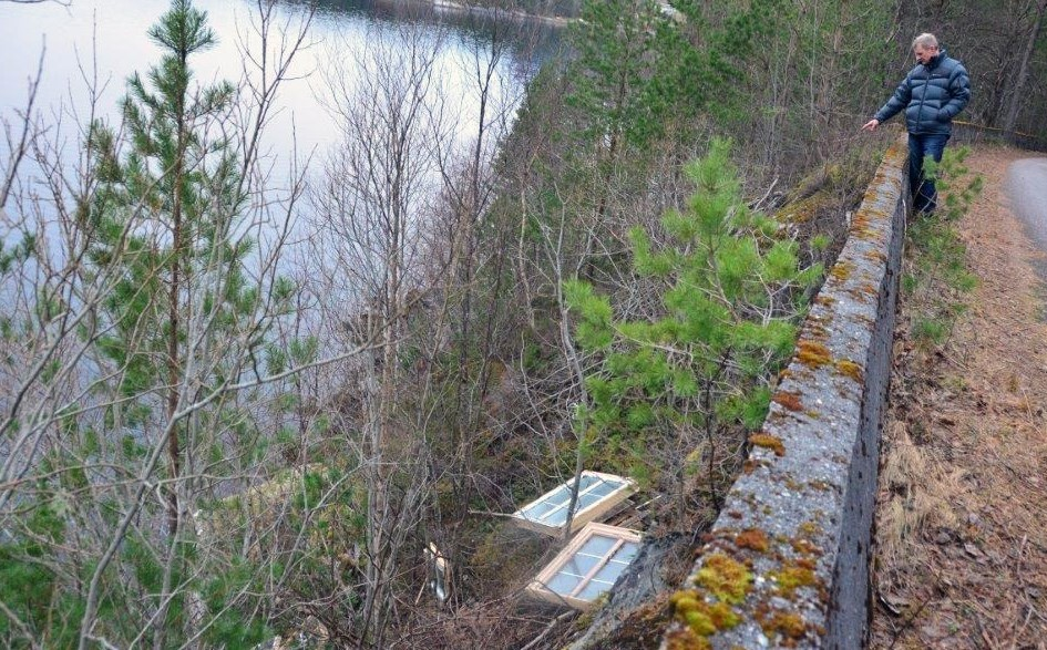 Dei gamle vindua er rett og sltt grytta over vegkanten og nedover skråninga mot sjøen.  Foto: Jon Olav Ørsal