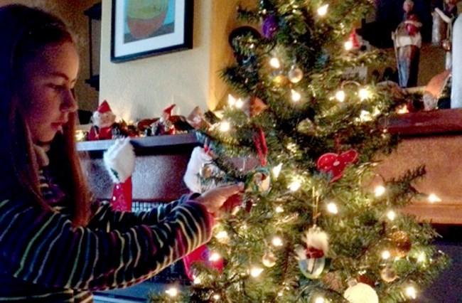 Madelin har pynta juletreet.   Foto: Birgitte Kvendset
