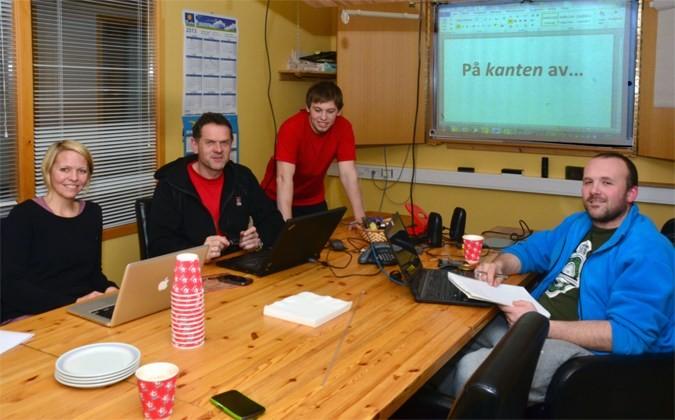 Skrivejobben er gjort unna! Frå venstre Laila Kvendset, Nils Ove Bruset, Ken Robin Pedersen og Håvard Halset.   Foto: Jon Olav Ørsal
