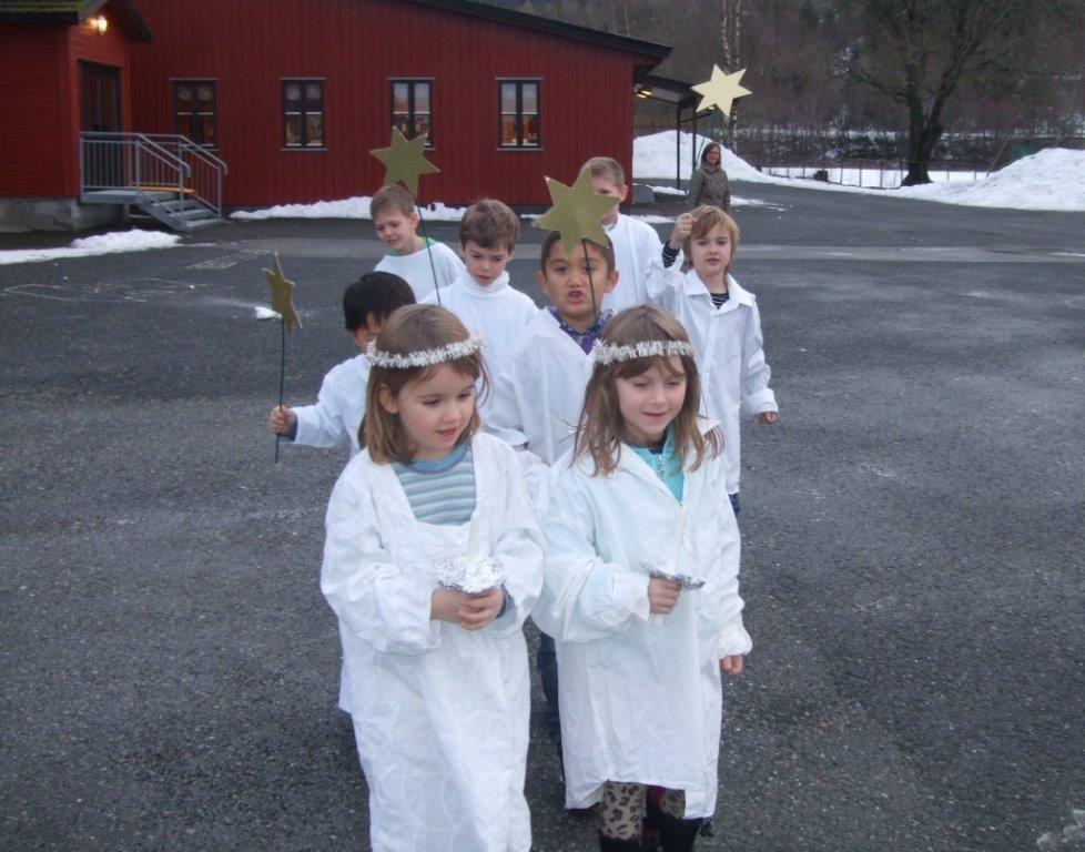 Luciatoget på tur til barnehagen.  Foto: Britt Mossing