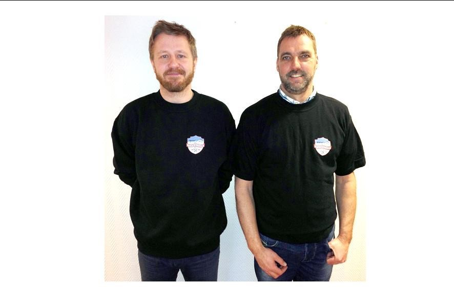 Knut viser collegegenser med lang arm, medan Einar viser T-skjorte med kort arm.  Foto: Carina Talgø