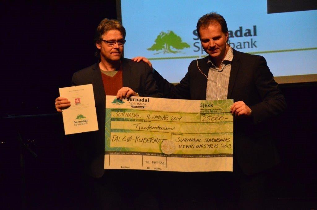 Utviklingsprisen er på 25.000 - Elmer Talgø tok i mot prisen på vegne av Talgø konsernet.  Foto: Jon Olav Ørsal