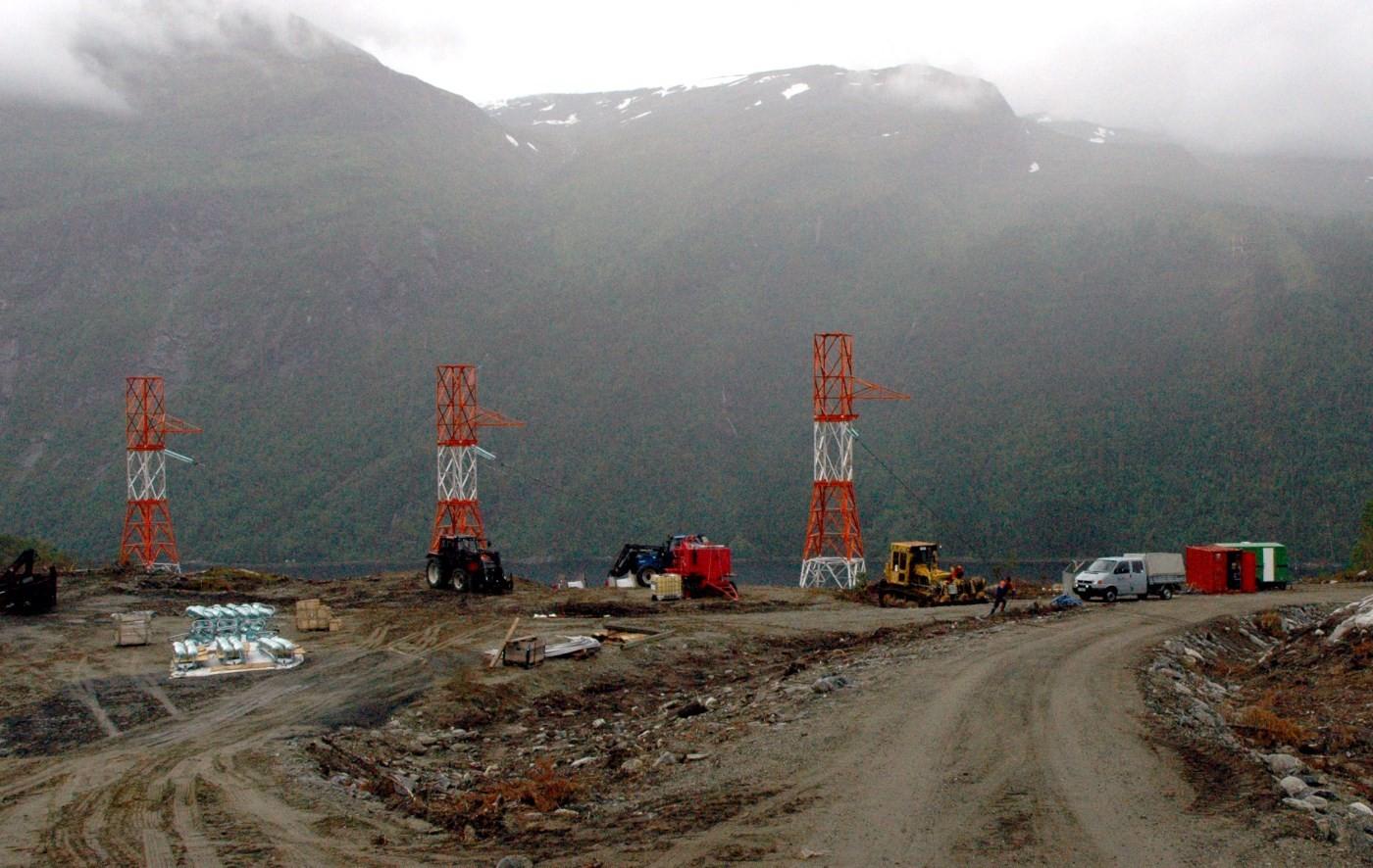 I 2004 vart det bygd ei 420 kv-linje over fjorden. Bildet viser landfesta på Svinviksida.  Arkivfoto: Jon Olav Ørsal