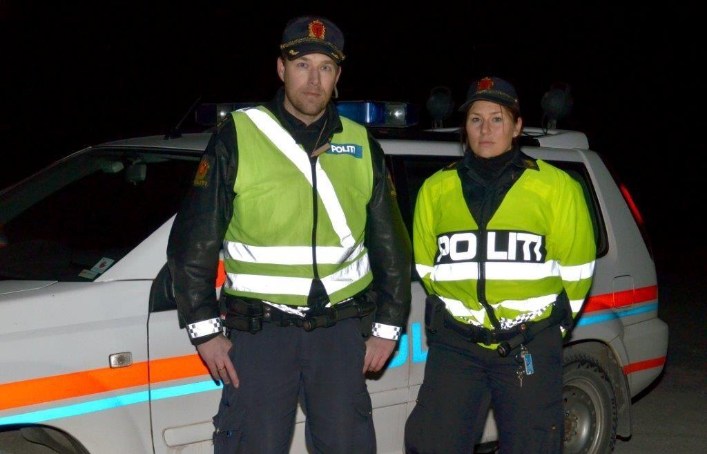 Resultatet av kontrollen i Todalen vart ein avskilta bil, for Tor Hansen og Sara Juul frå Surnadal og Rindal lensmannskontor. Foto: Jon Olav Ørsal