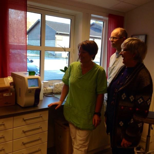 Bioingeniør Tone Haugen Nordvik, lege Atle Aune og iniativtakar Brit Holte, i Surnadal Bygdekvinnelag.