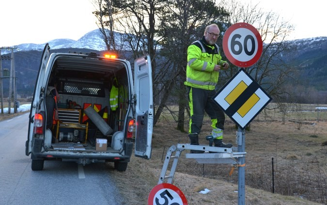 Ragnar Johnsen i gang med utskifting av skilta i fartssona på Kvennset.  Foto: Jon Olav Ørsal