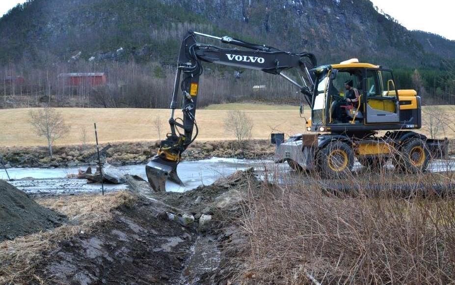 Arne Gjeldnes i gang med utskifting av stikkrenne på Ramsøyvegen. Foto: Jon Olav Ørsal
