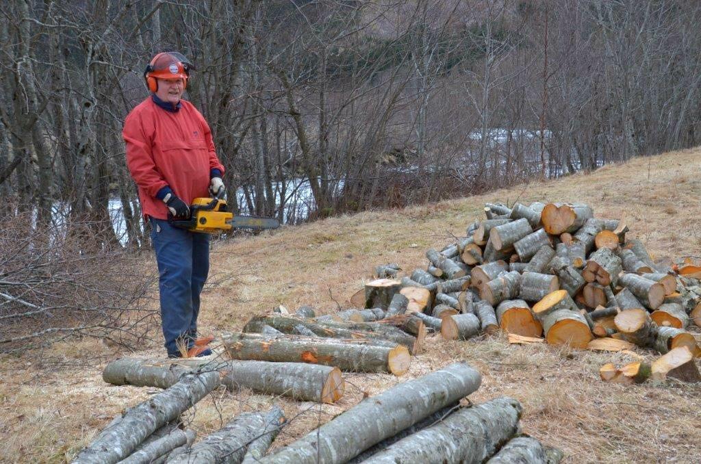 Bernt Kalseth ordnar ved til neste vinter.  Foto: Jon Olav Ørsal