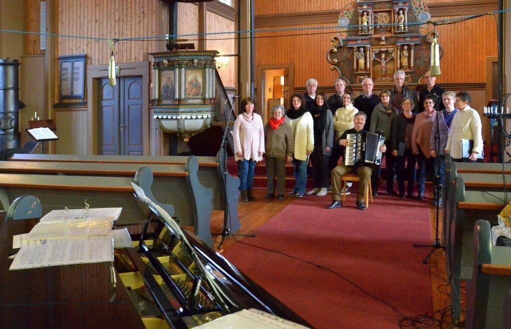 Todalskoret og Åsskard kyrkjekor gjer opptak i Stangvik kyrkje.  Foto: Jon Olav Ørsal