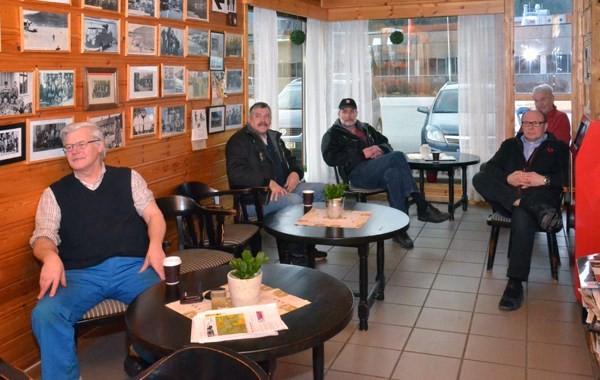 30 km fellesstart er i gang. Frode Andresen, Anders Todalshaug, Nils Øyen, Johan Ørsal og Terje Nordvik følgjer spent med.  Foto: Jon Olav Ørsal
