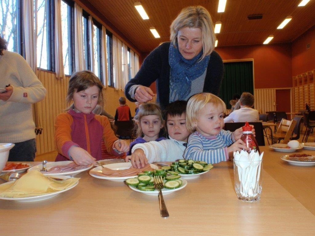 Lunch på skulen - Jorunn passar på at alle får.  Foto: Britt Mossing