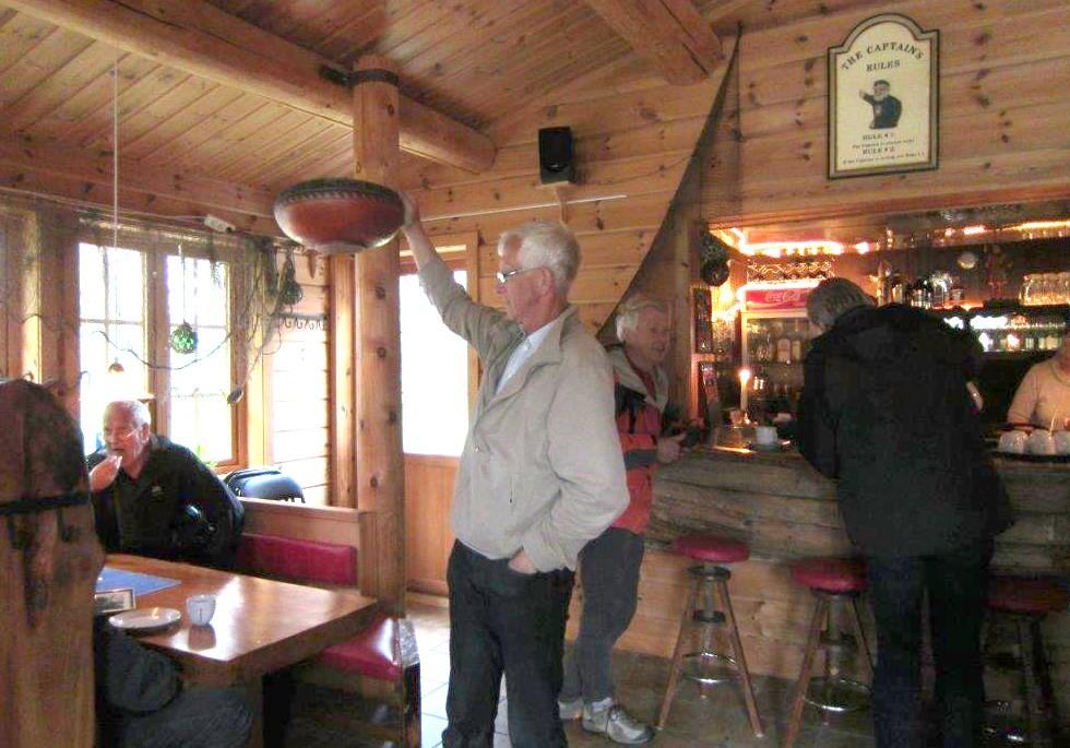 Turen til Ålvundfjorden  vart avslutta med kaffe og sjokoladekake i puben ved Fugelvågen Camping.