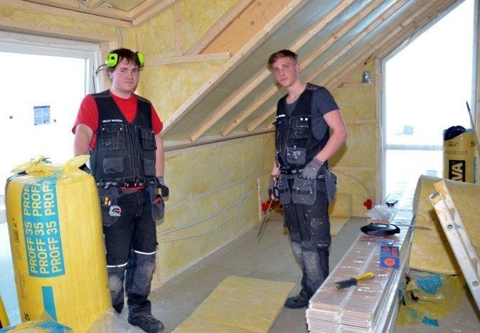 Ove Edvin Sæterøy og Ola Talgø monterer isolasjon på Statland Brygge.  Foto: Jon Olav Ørsal