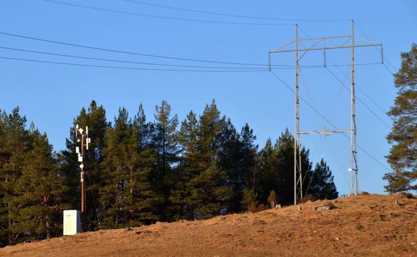 Her ligg sendaren på Hjellnes, ved sida av kraftgata til 132 kW-linja. Foto: Jon Olav Ørsal