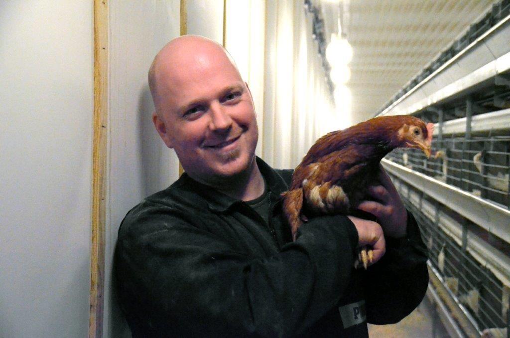 Anders A. Karlsen med ei av dei nye brunhønene.  Foto: Driva/Jon Olav Ørsal