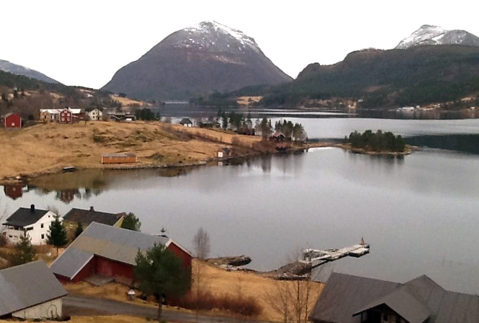Stille på Skålvikfjorden i dag. Biletet er teke frå Kleiva mot Bårdset og Tustna.  Foto: Jon Olav Ørsal