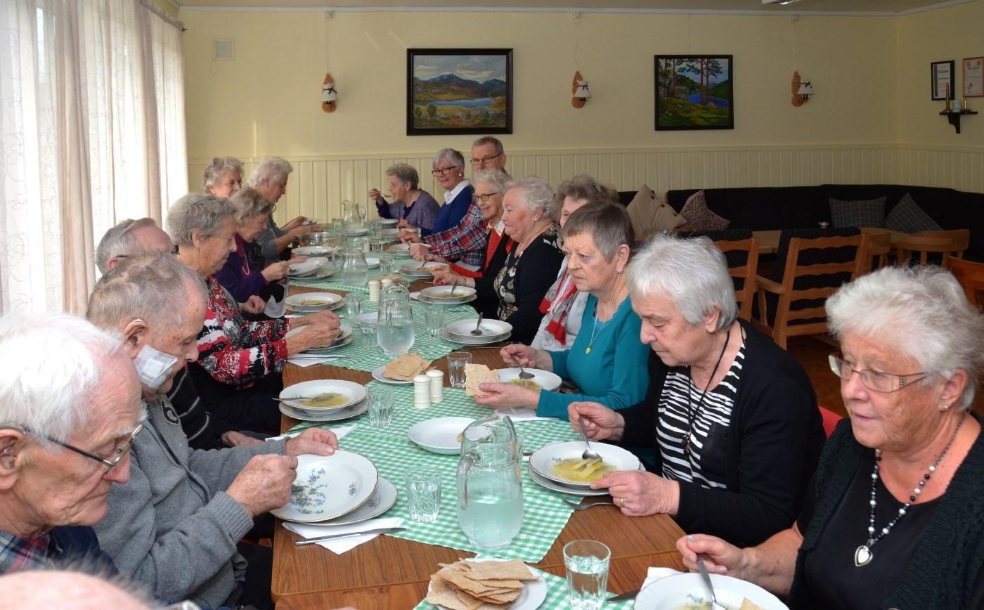 Langbord med eit tjuetals middagsgjestar. Arkivfoto: Jon Olav Ørsal