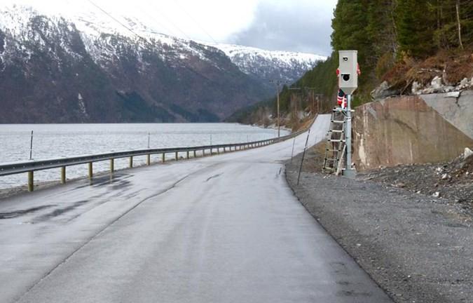 Fotoboksen er komen på plass uti Stranda. No gjeld det å passe gassen...   Foto: Jon Olav Ørsal
