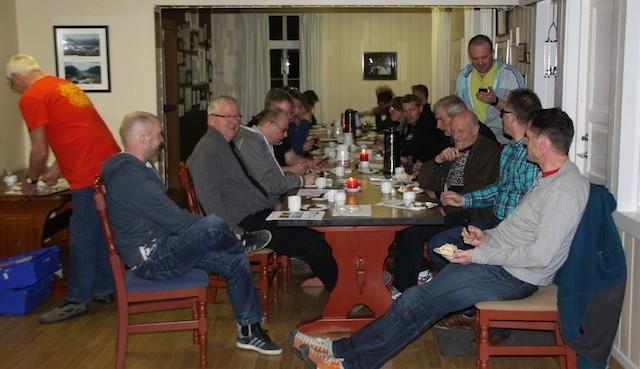 God stemning rundt bordet i pausen før valget tek til.