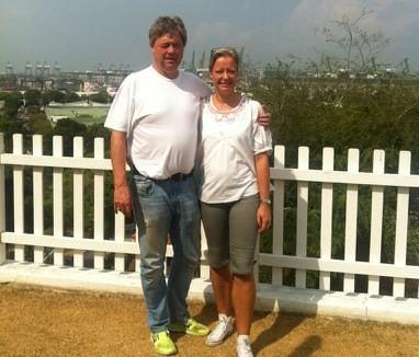 Terje og vertinna Annika på Sjømannskyrkja. Hamna i Singapore i bakgrunnen.  Foto: Borghild Talgø