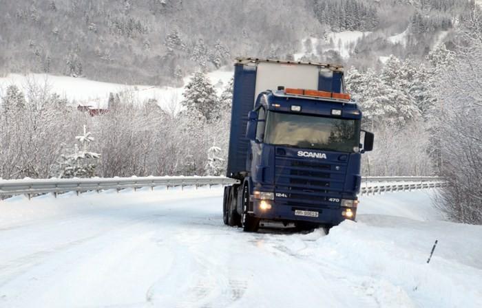 Full stopp i Åsbøhauane - og på med kjettingar.  Foto: Jon Olav Ørsal