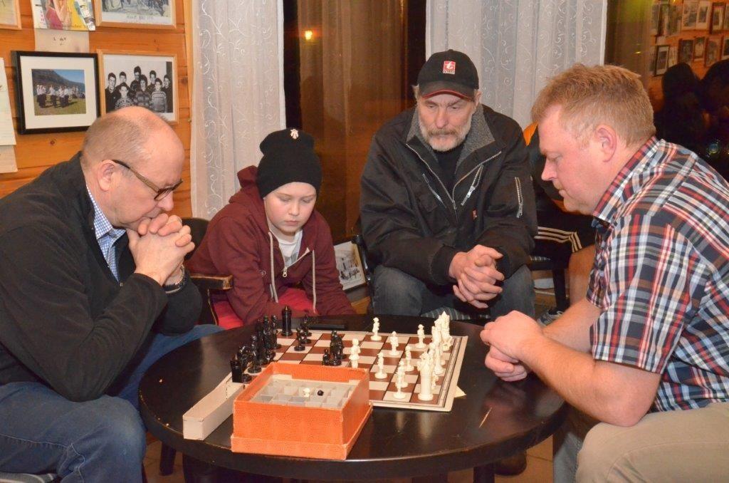 Terje Nordvik og Ståle Ansnes i eit parti, medan Ola Bolme og Nils Øyen passar på at det går rett for seg.  Arkivfoto: Jon Olav Ørsal