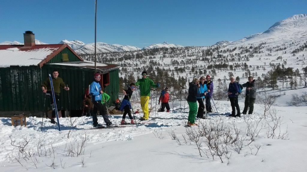 Skihytta og turistane på langfredag.  Arkivfoto frå 2014: Sondre Halset