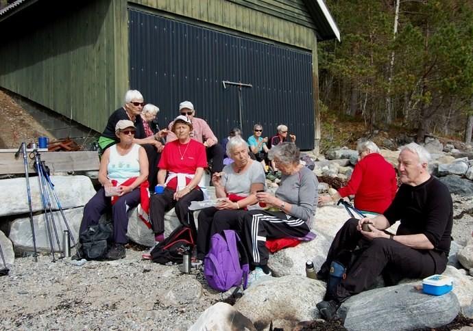 Framfor naustet. I fremste rekkje Bjørg Heggset, Mary Dalsegg, Mali Sæther, Brit Nordvik og Odd Enge.  Foto: Vidar Sogge