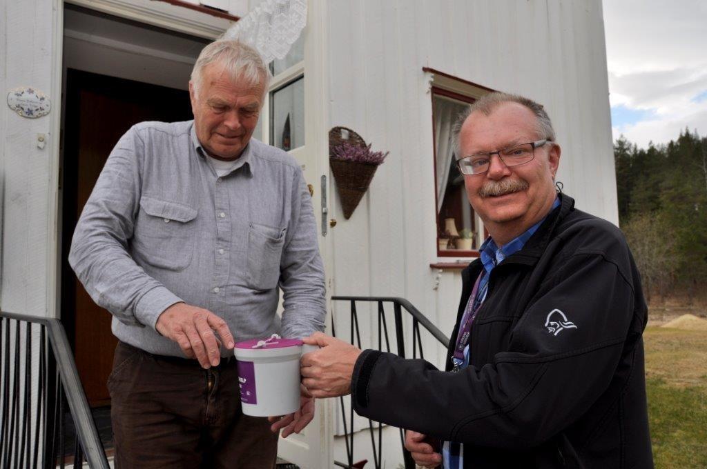 Svein Talgø på vestrum puttar pengar i bøssa til Lars Stensby.  Foto: L. Stensby