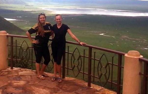 Ingvild og Carina med utsikt over Serengeti og Ngorongoro-krateret.  Foto: Ingvild Stensby