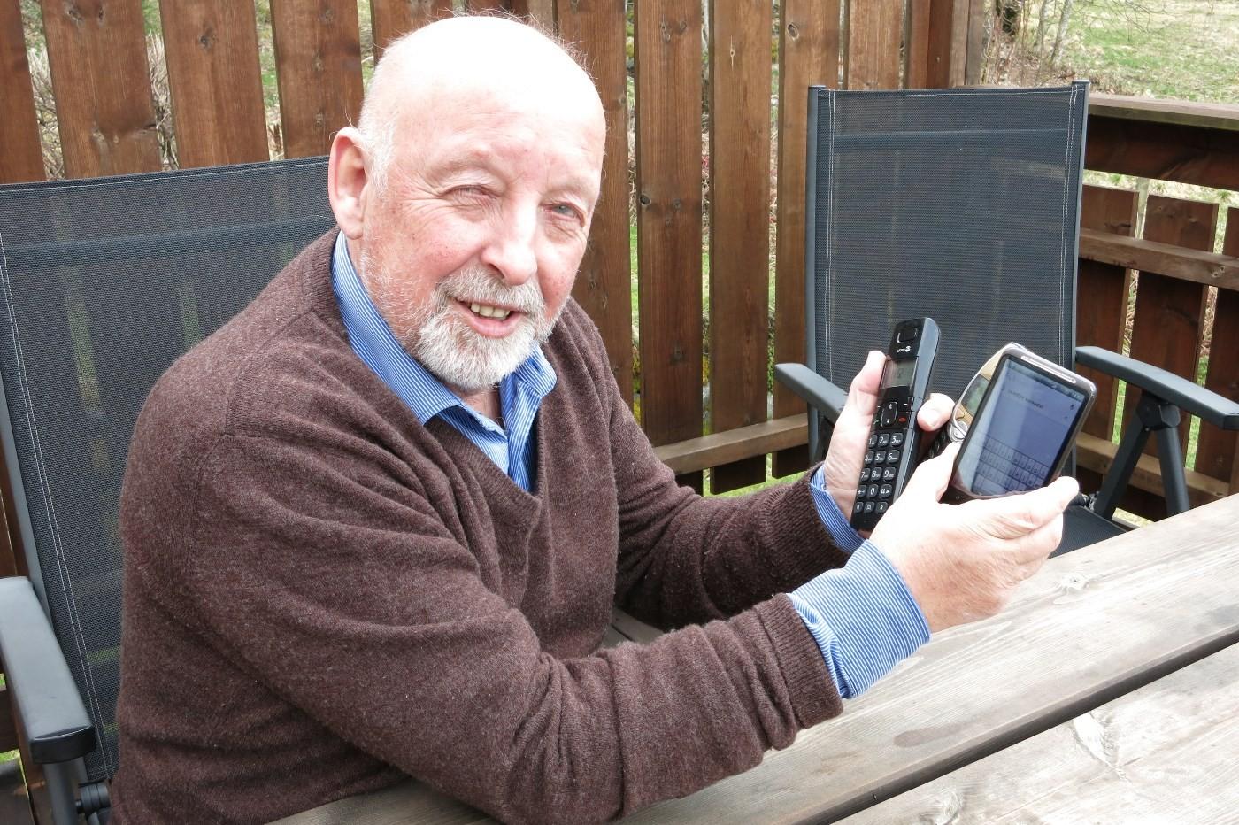 Valgets kvaler for Jon Bjarne Husby - no virkar både Netcom, Telenor Mobil og fasttelefon igjen!  Foto: Jon Olav Ørsal