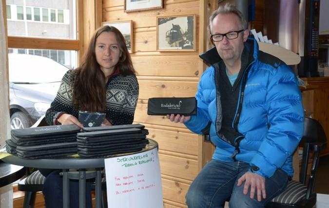 Mari Redalen har gjort ein deal med Torkjel A. Moe som har teikna medlemskap.  Foto: Jon Olav Ørsal