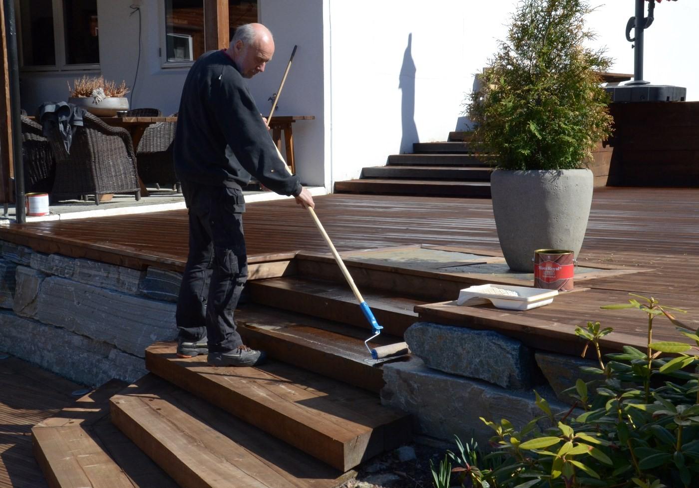 Magne Søyset bruka rull for å påføre olje på terrassen.   Foto: Jon Olav Ørsal