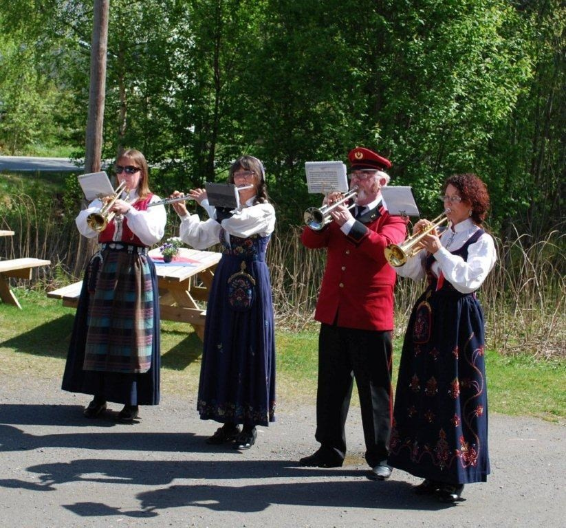 Ingen 17. mai uten korpsmusikk på Nordvik heller. Foto: Sverre kjølstad