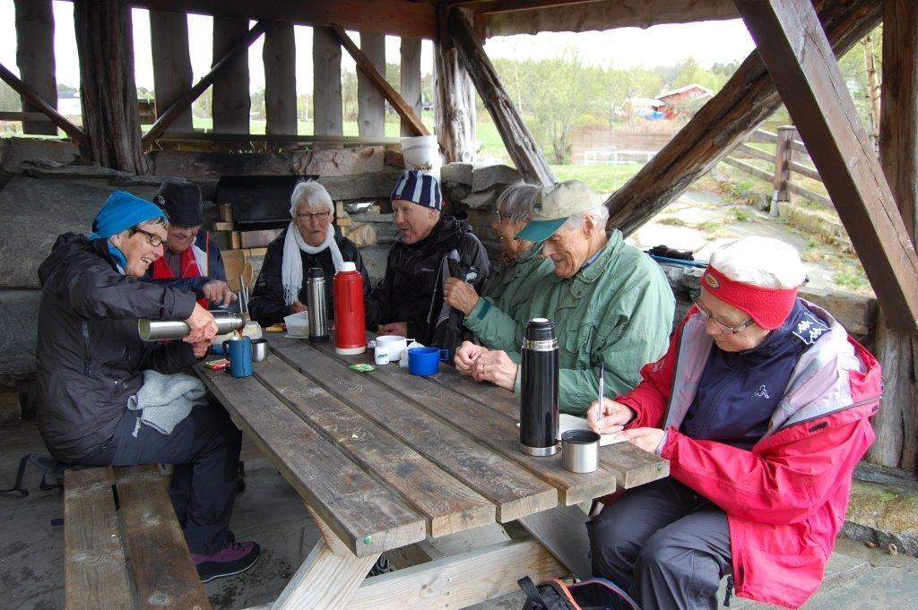 8.I gapahuken på Svissholmen. Bjørg Bruset skjenkjer i kaffe. Vidare rundt bordet sit Per Bruset, Gunnvor Sæter, Anders Sæter, Anne Marie Ranes, Svein Ranes og Sigrun Ørsal.