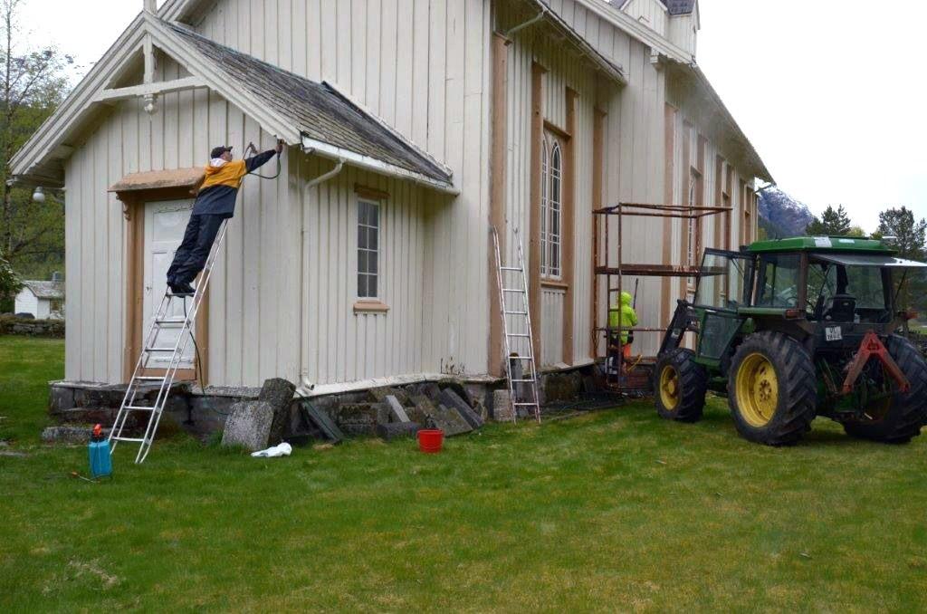 Spyling og skråping for å få vekk sopp og lort før målararbeidet tek til.  Foto: Jon Olav Ørsal