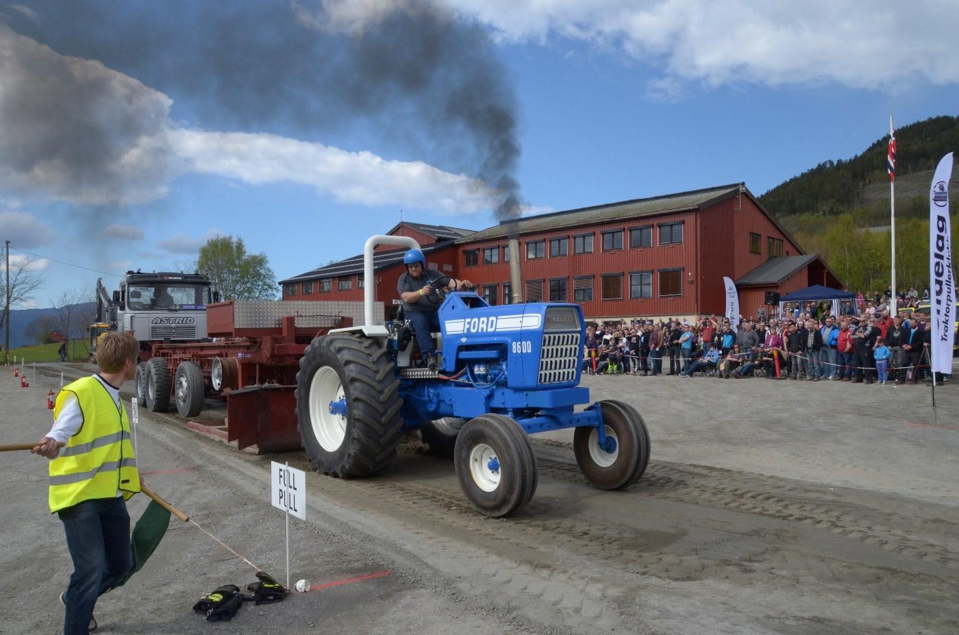 Emil Husøy i sin Ford 8600 - det ryker godt!  Foto Driva/Jon Olav Ørsal
