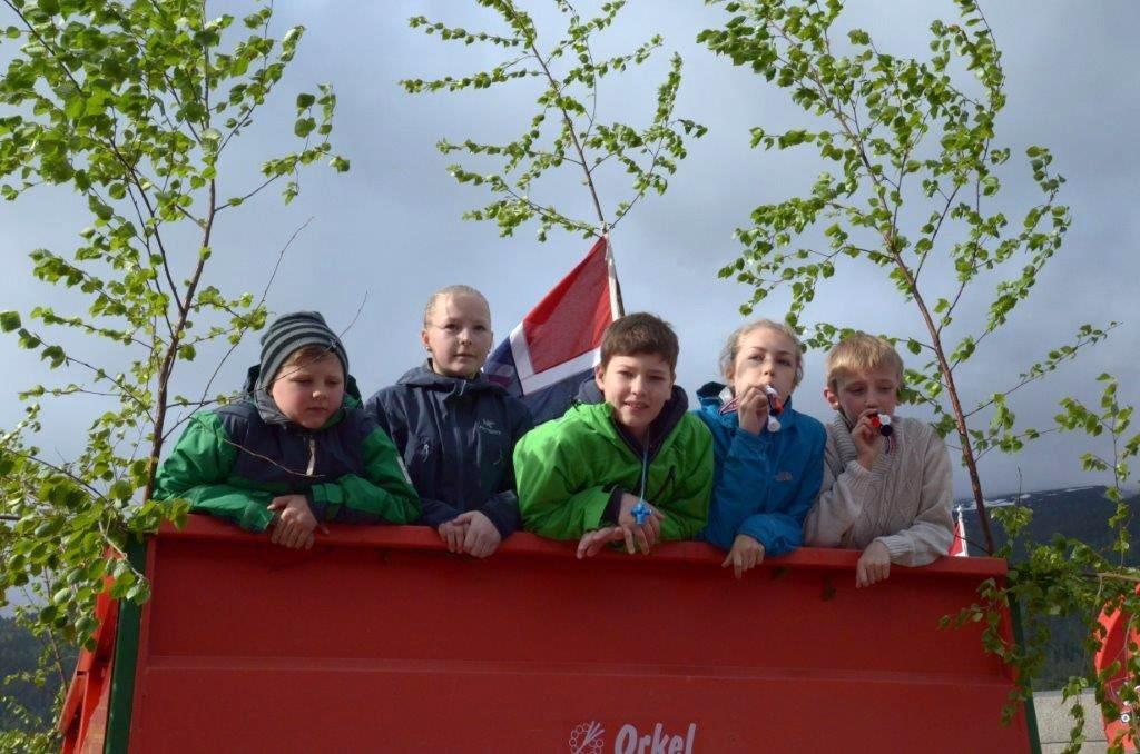 Populært å sitte på med traktorskyssen i biltoget. Frå venstre: Martin, Marit Ingeborg, Bror, Emma og Kristian.   Foto: Driva/Jon Olav Ørsal