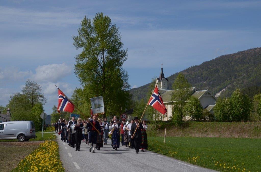 Folketoget med kors startar frå Todale kyrkje på veg til oppvekstsentret.  Foto: Jon Olav Ørsal