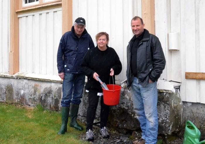 Satsar på målardugnad ved Todalen kyrkje. Frå venstre Ragnar Halle, Ragnhild A. Moe og Ola Bruset.   Foto: Jon Olav Ørsal