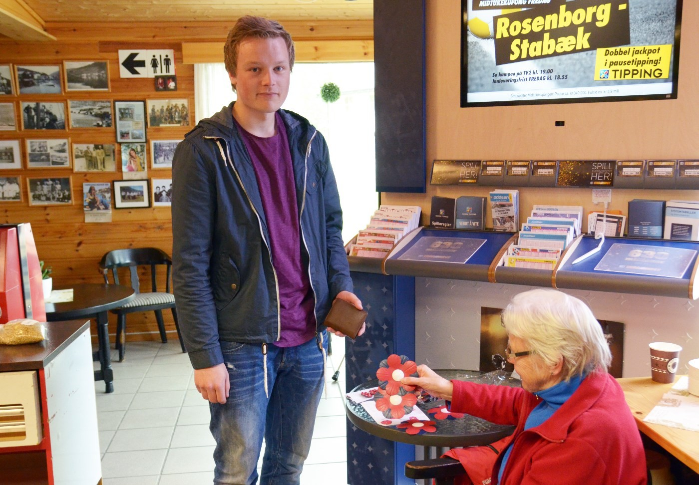 Emil Ansnes sikra seg ein maiblomst til bilden hos Sigrun Ørsal.  Foto: Jon Olav Ørsal