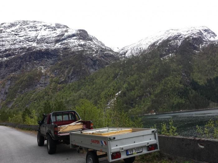 Olve høivik tok jobben med å hente opp dei gamle vindua som låg i sjøkanten.  Foto: Trond Svinvik