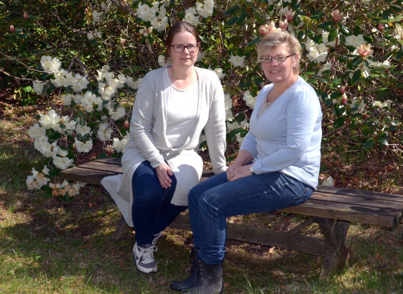 Klare for sesongopning i Svinviks arboret. Maja Frønes og Katarina Wedelsbäck-Bladh.  Foto: Jon Olav Ørsal