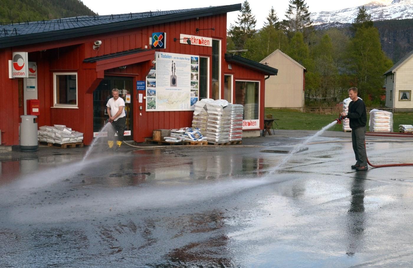Ståle Ansnes og Dan Roger Pedersen sørger for spyling av plassen framfor Matkroken.  Foto: Jon Olav Ørsal